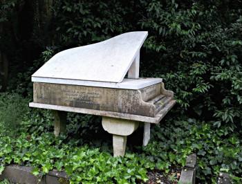 Auf dem Highgate Cemetery findest du auch Grabstätten von bekannten Künstlern wie dem Pianisten Harry Thornton.