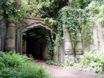 Die Egyptian Avenue führt zu den Katakombengräbern des Circle of Lebanon.