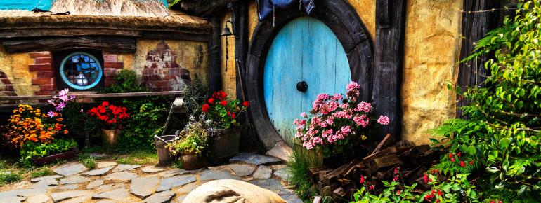 In Hobbiton findest du dich mitten in J. R. R. Tolkiens Auenland wieder.