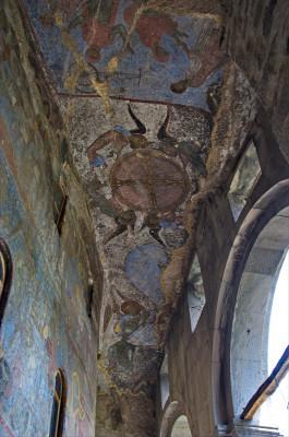 Diese farbigen Fresken befinden sich in der Klosterkirche Mariä Himmelfahrt.