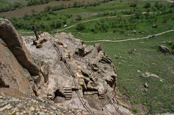 Der Höhlenkomplex liegt in einer etwa 500 Meter hohen Felswand.