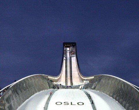 Die Sprungschanze ragt 60 Meter in den Himmel