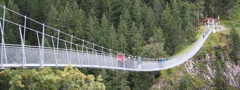 Die beeindruckende Holzgauer Hängebrücke ist über 200 Meter lang und zählt zu den längsten ihrer Art.