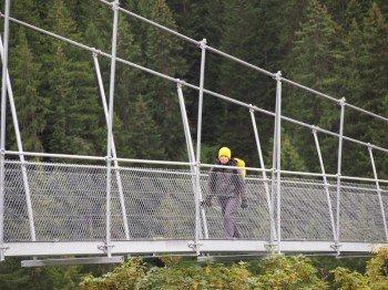 Der Gang über die Hängebrücke in Holzgau bleibt länger im Gedächtnis