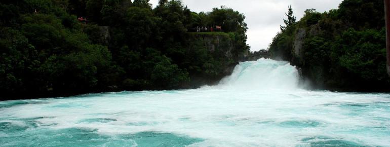 Elf Meter stürzt das Wasser in die Tiefe.