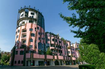 Im Hundertwasserhaus tauchst du ein in die farbenfrohe Welt von Friedensreich Hundertwasser.