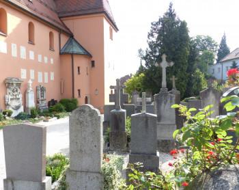 Der Severinsfriedhof befindet sich direkt an der gleichnamigen Kirche.