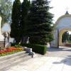 Zugang zum Hauptfriedhof über das Eingangsportal.