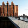 Über die Fußgängerbrücke kommst du zum historischen Kaispeicher B und dem Maritimen Museum.