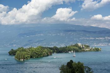 Die Isola del Garda liegt auf der Westseite des Gardasees, nur wenige hundert Meter vom Ufer entfernt.