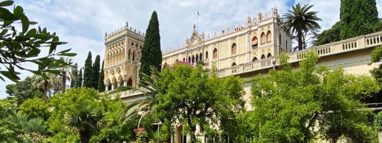 Blick auf die venezianische Villa inmitten des englischen Gartens