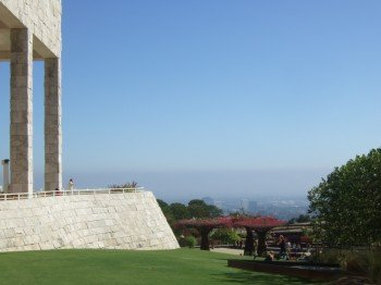 Blick über den Garten des Getty Museum auf das am Fuße des Berges liegende Los Angeles.