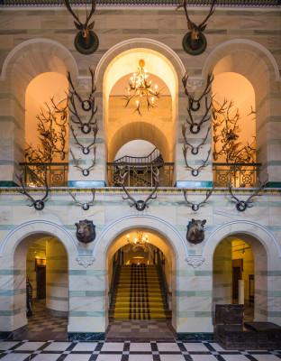 Die imposante Eingangshalle des Jagdschlosses