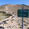 Ein 1,4 Kilometer langer Weg führt von der Bergstation zum Gipfel.
