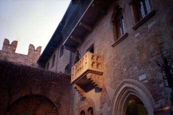 Julias berühmter Balkon in Verona war in Wahrheit ein Sarkophag, der nachträglich am Haus angebracht wurde.