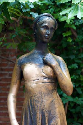 Die rechte Brust von Julias Bronzestatue zu streicheln soll Glück in der Liebe bringen.