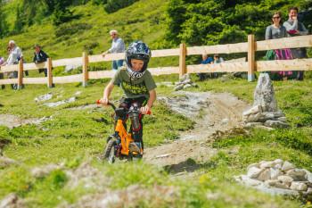 Knieschützer und Helme, sowie Fahrräder gibt es vor Ort.