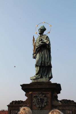 Über die Brücke verteilen sich links und rechts eine Vielzahl an Heiligenfiguren.