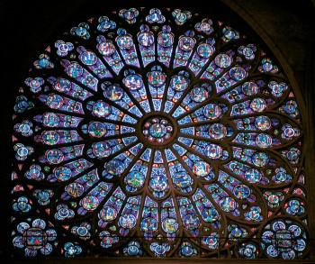 Tolles Fenster-Ornament im Inneren der Kirche.