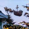 Im Kieler Weihnachtsdorf am Rathausplatz schwebt der Wichtel Kilian mit seiner Kogge, einem Segelschiff, über den Himmel.