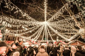 Am Holstenplatz sorgt der Lichtbaldachin zusätzlich für Weihnachtsstimmung.