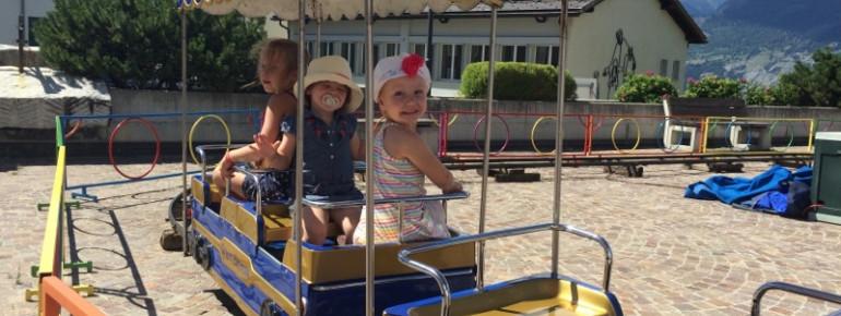 Das macht Spaß: Die Fahrt im Kinderzug am Kirchplatz in Unterbäch.