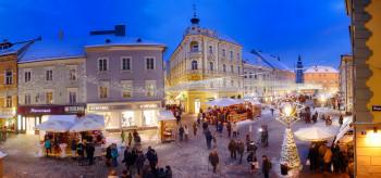Der Besuch auf dem Weihnachtsmarkt lässt sich gut mit einem Shoppingbummel kombinieren.