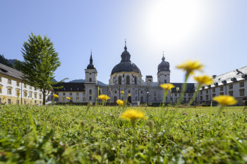 Das Benediktinerkloster Ettal befindet sich nördlich von Garmisch-Partenkirchen. Im Zentrum befindet sich die Basilika mit der weithin sichtbaren Kuppel.
