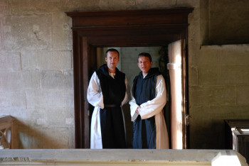 Die Mönche Aurelius und Bernardus aus dem Kloster Bebenhausen klären bei einer Zeitreise in das Jahr 1528 handfeste Alltagsfragen.