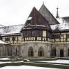Ansicht des verschneiten Brunnenhauses im Kreuzgang des Klosters.