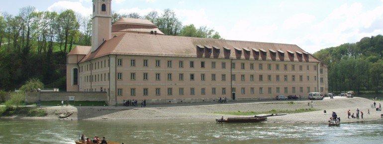 Blick auf das Kloster von der gegenüberliegenden Donauseite