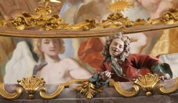 Die Gebrüder Asam sind als Gemälde und Stuck-Skulptur in der Kirche verewigt