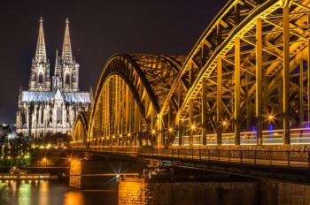 Der nächtliche Dom an der Hohenzollernbrücke.