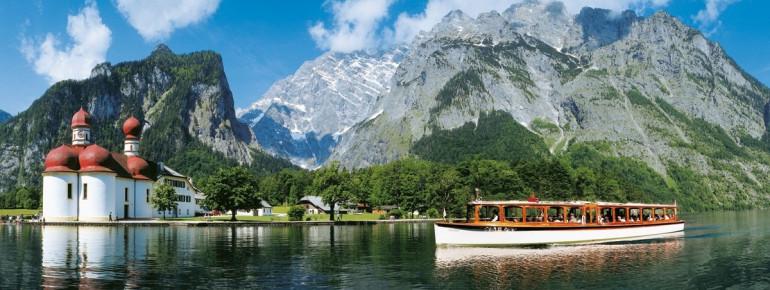 Maler und Fotografen lieben die Ansicht der Kirche am Ufer des Königssees mit der mächtigen Watzmann-Ostwand im Hintergrund.