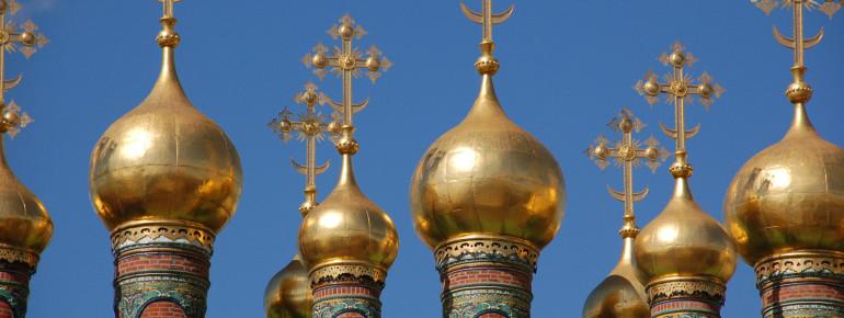 Die goldenen Kuppeln der Mariä-Gewandniederlegungs-Kirche leuchten im Sonnenlicht.