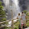 Besucher können den Wasserfällen ganz nah kommen.