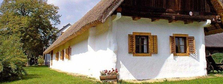 Alte Bauernhäuser prägen das Bild