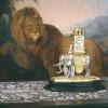 Figurenuhr in Gestalt eines Elefanten Augsburg, Anfang 17. Jahrhundert auf einem Tisch mit Scagliola-Einlagen, München, um 1620/30 Hintergrund: Gemälde mit der Darstellung eines Löwen, Johann Melchior