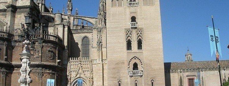La Giralda neben der Kathedrale