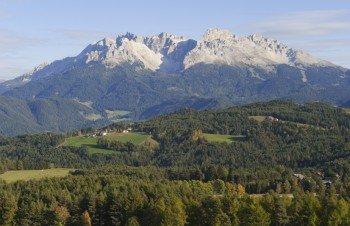 Das Latemar-Gebirge gehört zu den Südtiroler Dolomiten.