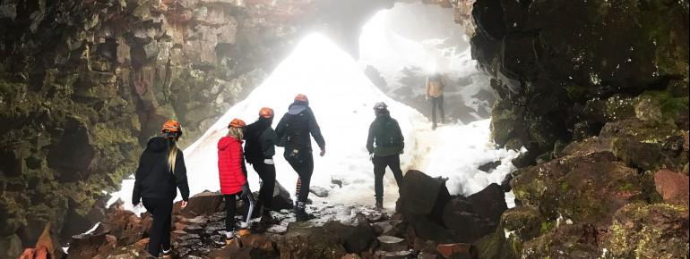 Wie man in Island Höhlen findet? - Wenn auf der Weide ein Schaf verschwindet, ist es möglicherweise durch ein Loch in den Boden gefallen ;-)