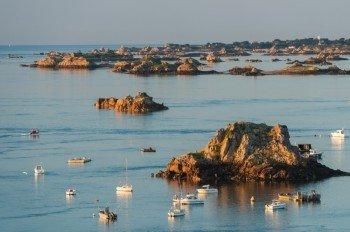 Über 80 Eilande umgeben die Insel im Ärmelkanal.