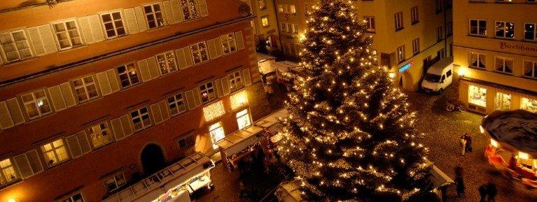 Der festlich geschmückte Weihnachtsbaum in Lindau