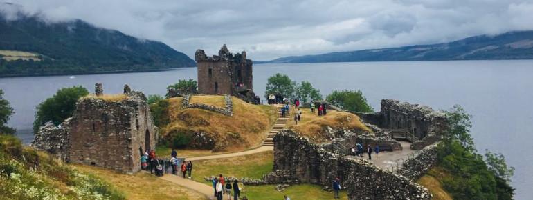 Die Ruine von Urquhart Castle ist ein beliebtes Ausflugsziel am Loch Ness.