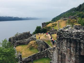 Eine Vielzahl an Touristen kommt jedes Jahr nach Schottland, um Nessie einen Besuch abzustatten.