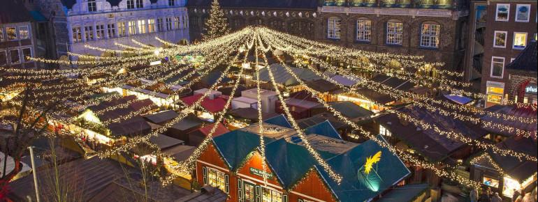 Der Weihnachtsmarkt befindet sich direkt vor dem Lübecker Rathaus.