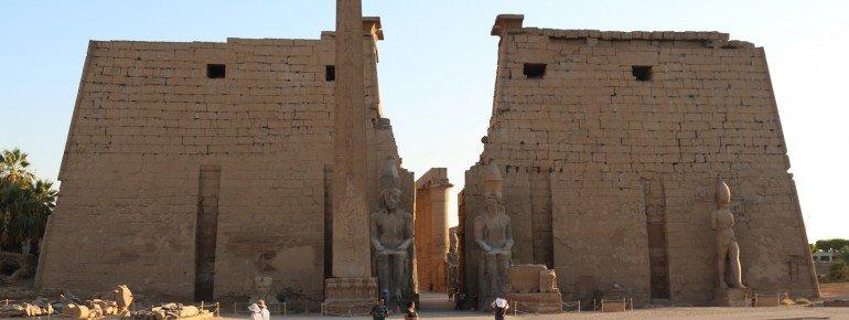 Zwei Polynonen markieren den Eingang zum Tempel