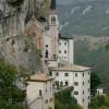 Die Wallfahrtskirche wurde direkt in den Fels gebaut