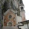Der Felsen bildet die Westwand der Kirche
