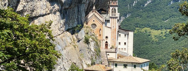 Die Wallfahrtskirche wurde direkt in den Felsen hoch über dem Etschtal hinein gebaut.